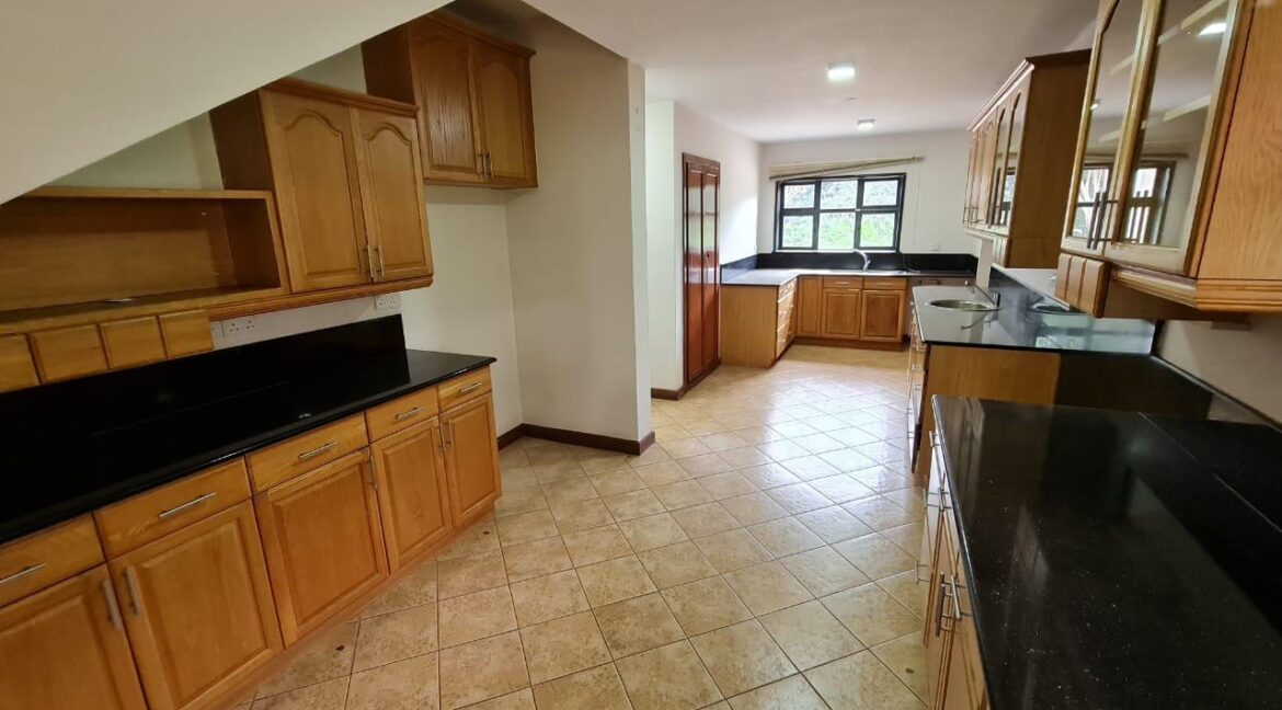 Lovely 4 bedroom Townhouse plus dsq for rent at Ksh330k in Westlands, ensuite, family room, office, detached dsq for 2, very well maintained and more amenities11