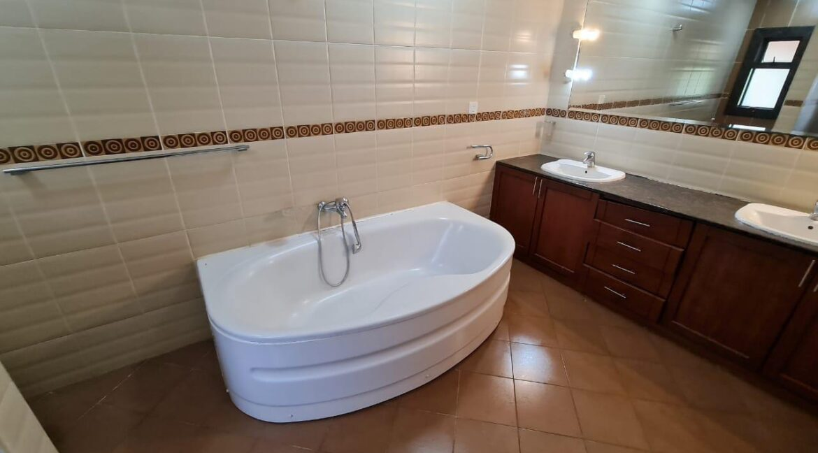 Lovely 4 bedroom Townhouse plus dsq for rent at Ksh330k in Westlands, ensuite, family room, office, detached dsq for 2, very well maintained and more amenities19