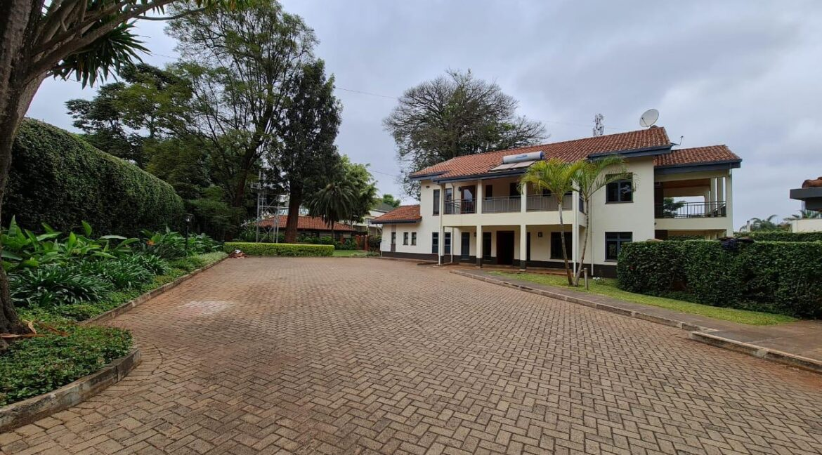 Lovely 4 bedroom Townhouse plus dsq for rent at Ksh330k in Westlands, ensuite, family room, office, detached dsq for 2, very well maintained and more amenities2