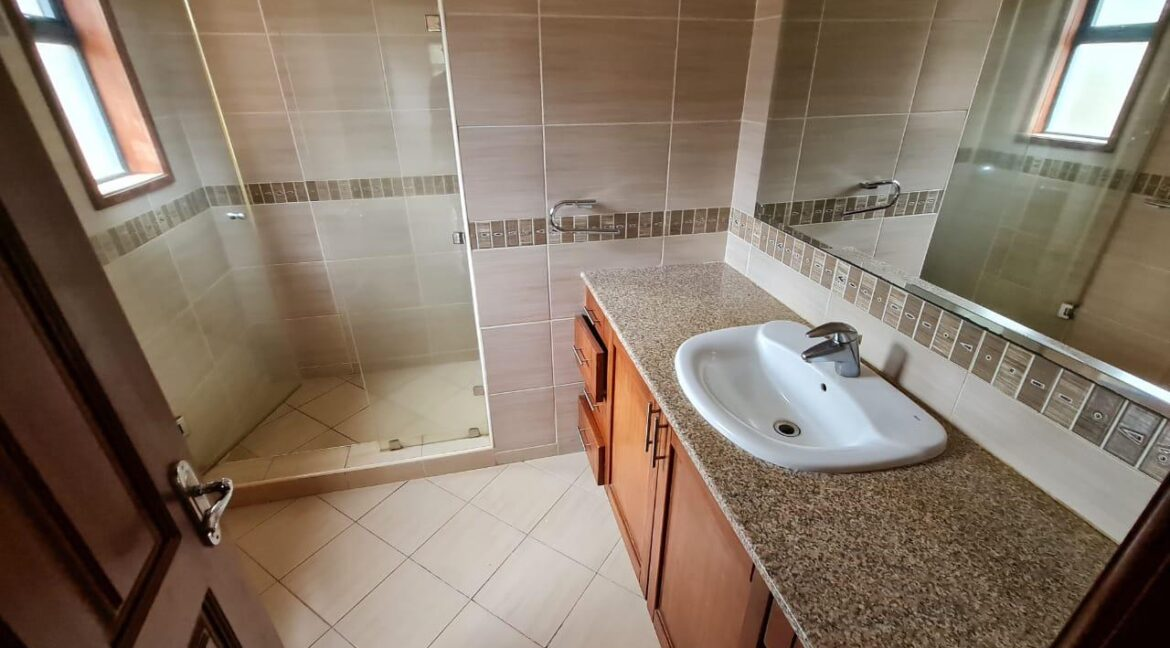 Lovely 4 bedroom Townhouse plus dsq for rent at Ksh330k in Westlands, ensuite, family room, office, detached dsq for 2, very well maintained and more amenities21