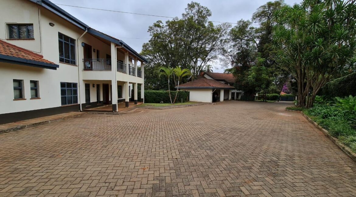 Lovely 4 bedroom Townhouse plus dsq for rent at Ksh330k in Westlands, ensuite, family room, office, detached dsq for 2, very well maintained and more amenities23