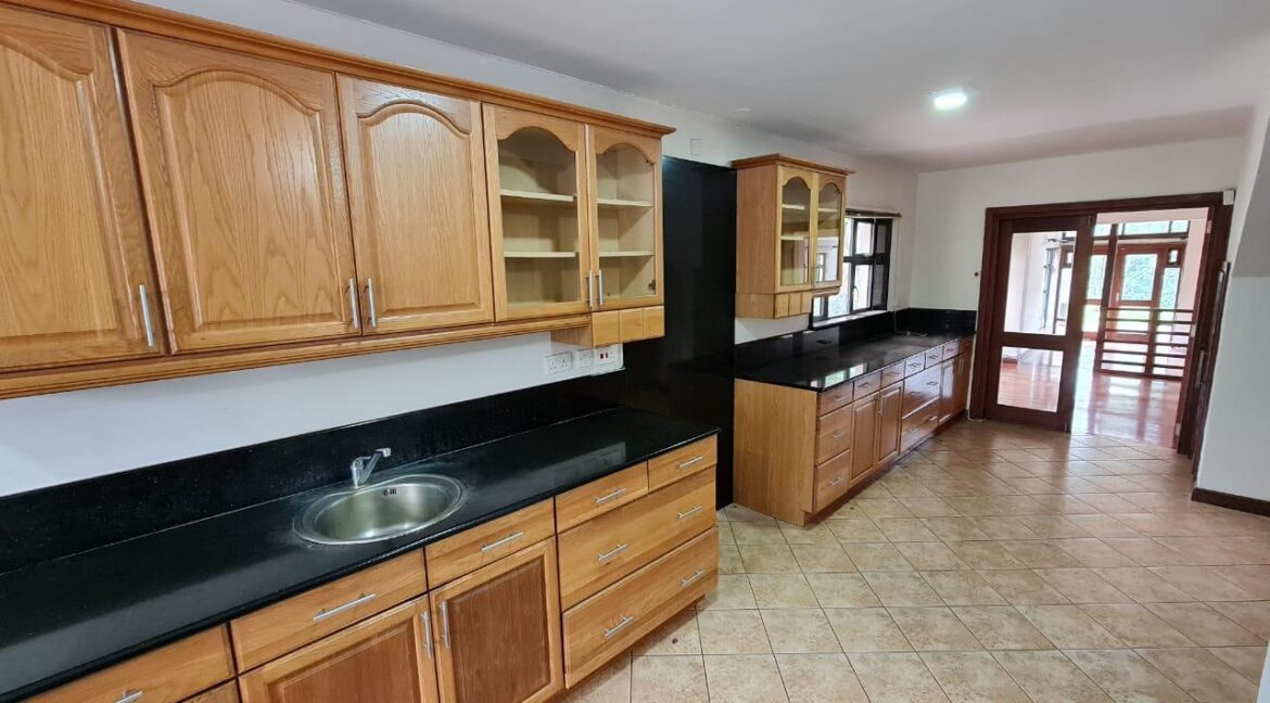 Lovely 4 bedroom Townhouse plus dsq for rent at Ksh330k in Westlands, ensuite, family room, office, detached dsq for 2, very well maintained and more amenities9